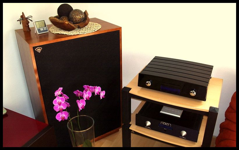 Nice Arrangement - der HighEnd CD-Player Opera MKIII laquered in a high-gloss-piano-black by WernerEngeCuZtom mit dem überaus beliebten und bewährten HighEnd Vollverstärker Aaron No.1a , beide auf den Lovan Sovereign Raxx in bicolor schwarz-buche . Übertragen wird die Musik genussvoll durch ein Paar Schallwandler aus der Klipsch Heritage Serie , den Klipsch Cornwall III Anniversary´s in american-cherry . Let´s have fun for a long time - and always happy listening !