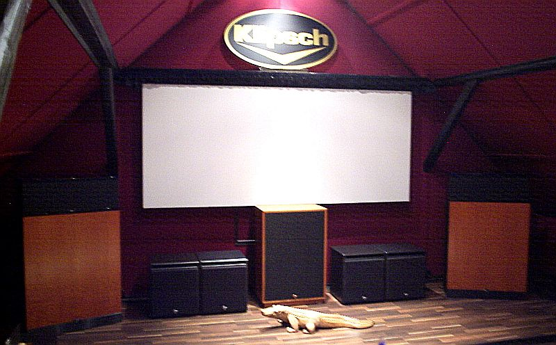 Ein absolut perfectes Homecinema/Stereo Set-up , bestehend aus 3 x Klipsch Cornwall III Anniversary , 2 x Klipschorn 60th Anniversary , 4 x ! Klipsch THX Ultra Subwoofer mit 2 Controller/Endstufen ( over 6kw max im Bassbereich ! ) Powered by AARON No.22 Cineast Vorverstärker und AARON No.3 Millennium + AARON No.33 Endverstärkern . CD-Music by Consonance OperaAudio Orfeo . All speakers are wired by Viablue Biwire . All racks : Lovan .