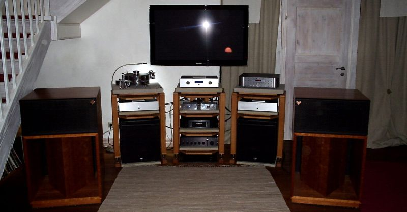 AARON No.22 Cineast High End Vorstufe , 2 x AARON No.3 Millennium Endstufen im Bi-Amping , Klipsch La Scala II Anniversary und 2 x Klipsch THX Ultra Subwoofer mit Klipsch Controller Endstufe . What else do You want to get lucky at Your home ? Klipsch in american cherry , zusätzlich Transrotor Fat Bob mit SME + Grado Reference Wood Sonata , Transrotor Zusatznetzteil + TR Phono für den excellenten analogen Ton - die Digitalbereiche versorgt hier ein wunderschöner OperaAudio Orfeo CD-Player .